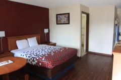 Econo-Lodge-Medford-Guestroom-2