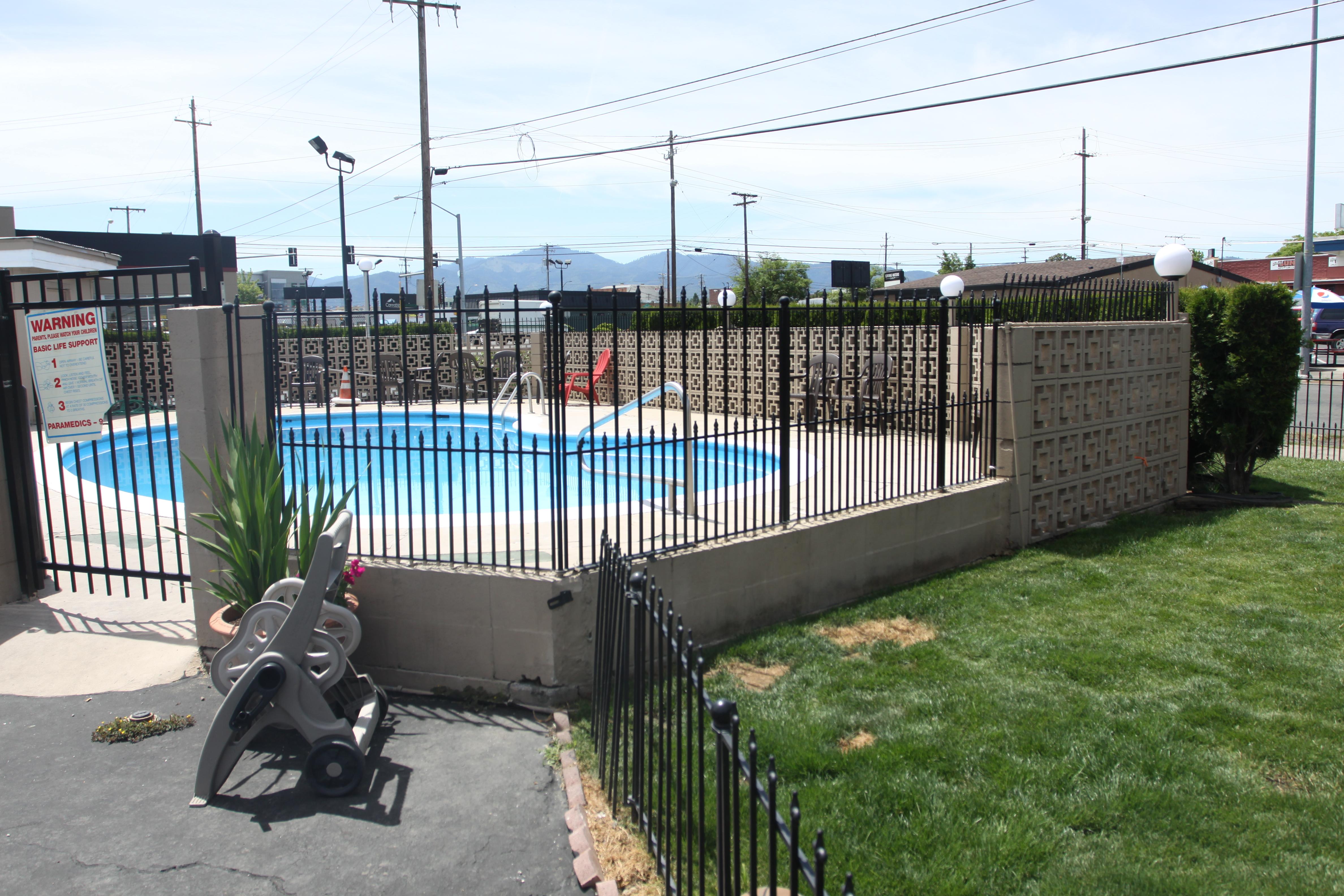 Outdoor Pool Rogue Valley Inn
